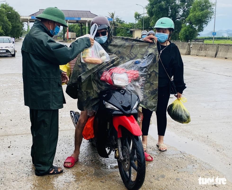 Hà Tĩnh: Tặng tiền, đồ ăn, khẩu trang cho người từ miền Nam đi xe máy về quê - Ảnh 4.