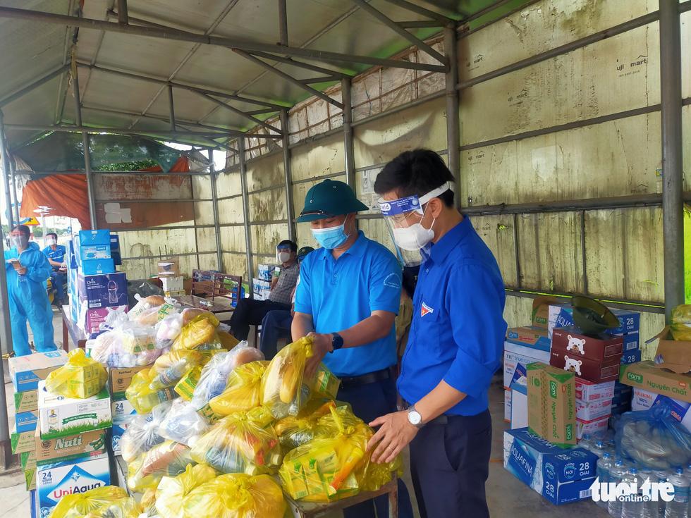 Hà Tĩnh: Tặng tiền, đồ ăn, khẩu trang cho người từ miền Nam đi xe máy về quê - Ảnh 2.