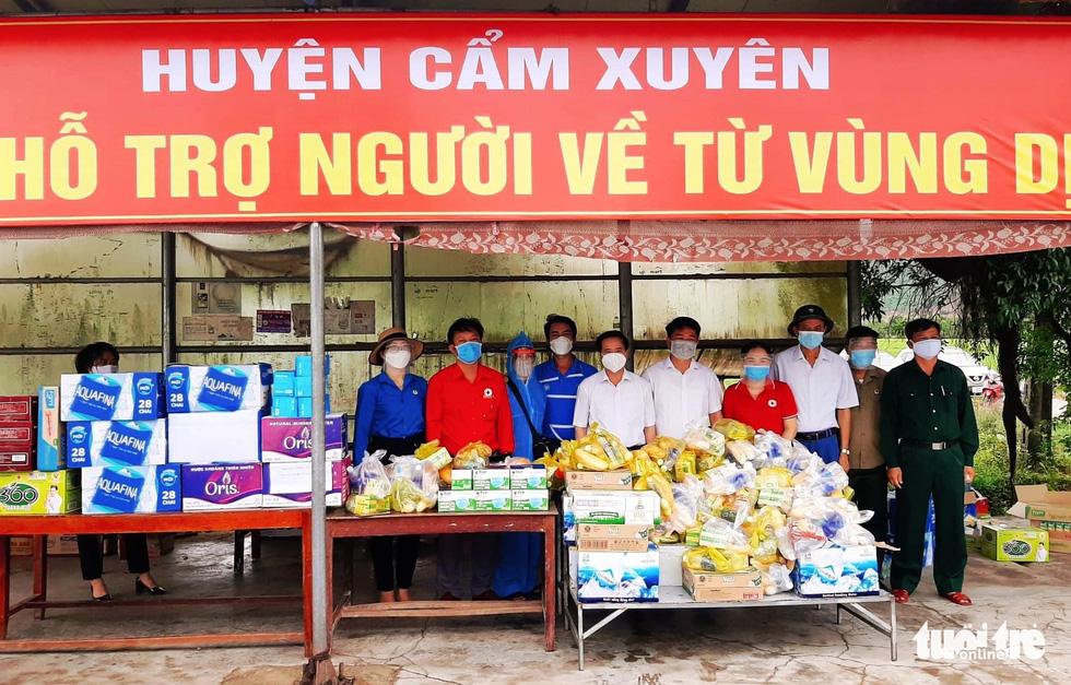Hà Tĩnh: Tặng tiền, đồ ăn, khẩu trang cho người từ miền Nam đi xe máy về quê - Ảnh 1.