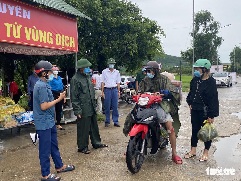 Hà Tĩnh: Tặng tiền, đồ ăn, khẩu trang cho người từ miền Nam đi xe máy về quê - Ảnh 3.