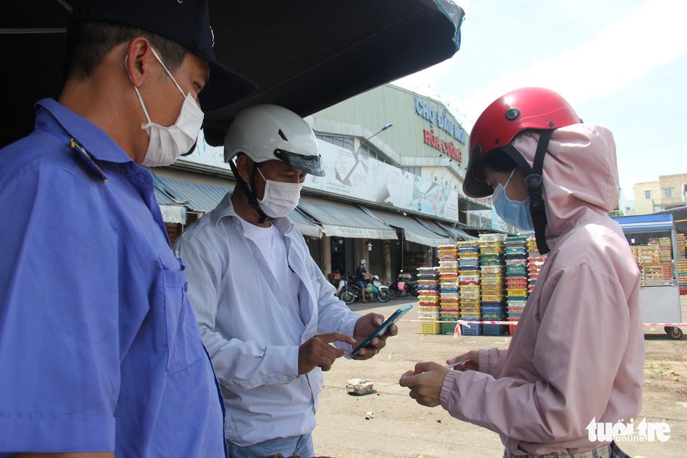 Chỉ thị triển khai cuối tuần, nhiều người Đà Nẵng không kịp chuẩn bị phiếu đi chợ, giấy đi đường - Ảnh 5.