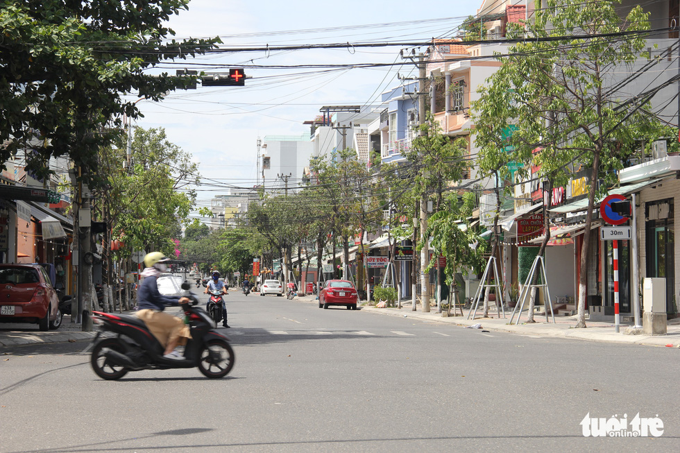 Chỉ thị triển khai cuối tuần, nhiều người Đà Nẵng không kịp chuẩn bị phiếu đi chợ, giấy đi đường - Ảnh 4.