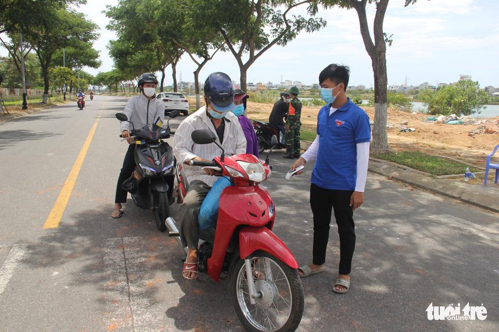 Chỉ thị triển khai cuối tuần, nhiều người Đà Nẵng không kịp chuẩn bị phiếu đi chợ, giấy đi đường - Ảnh 6.