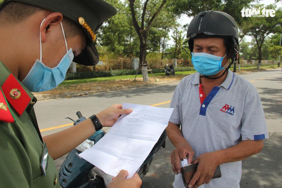 Chỉ thị triển khai cuối tuần, nhiều người Đà Nẵng không kịp chuẩn bị phiếu đi chợ, giấy đi đường - Ảnh 2.