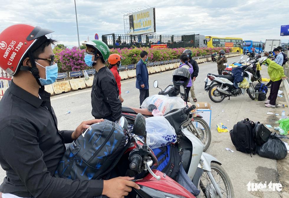 Điều cả trăm xe trung chuyển giúp dân về quê an toàn - Ảnh 3.