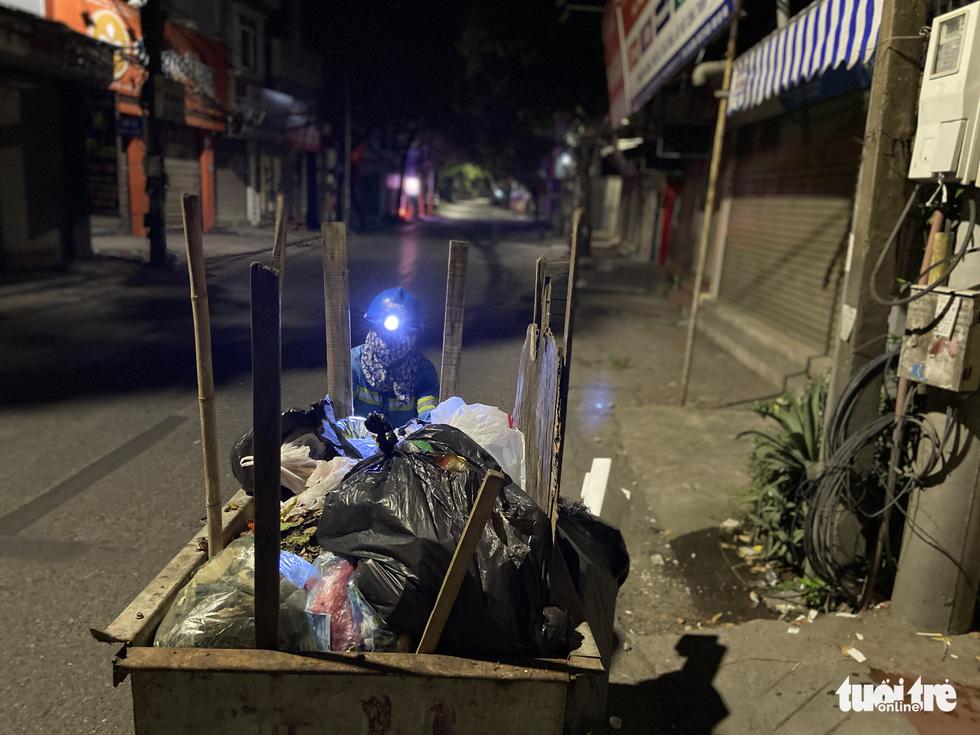 Lặng nghe tiếng chổi quét rác trong đêm giãn cách... - Ảnh 1.