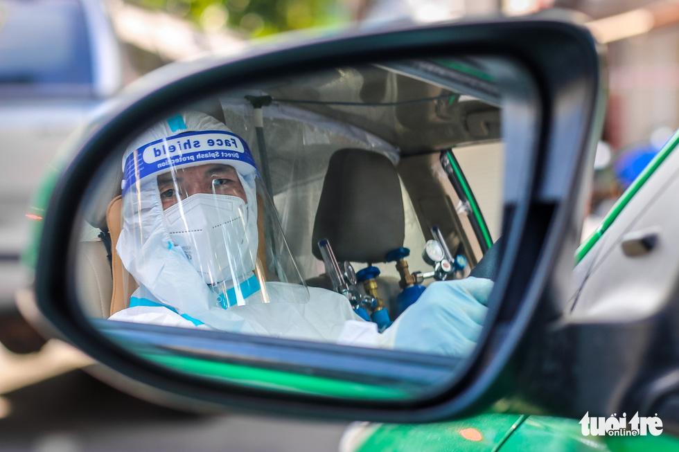 Tài xế taxi cấp cứu bệnh nhân COVID-19: Tôi còn sức thì còn làm! - Ảnh 11.