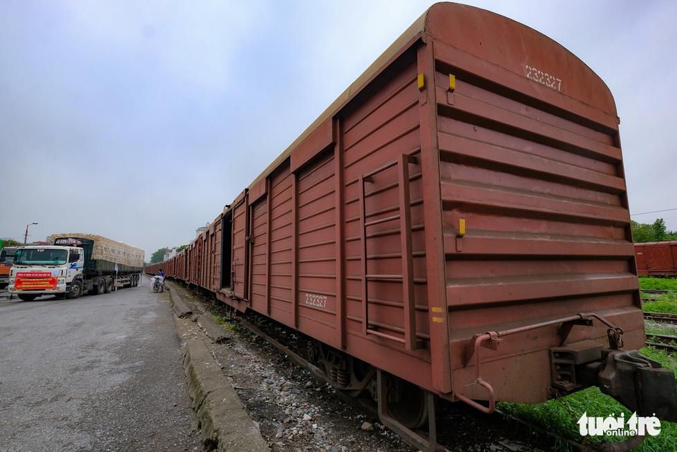 Tàu hỏa chở 300 tấn hàng nhu yếu phẩm người dân tỉnh Hòa Bình gửi tặng TP.HCM - Ảnh 4.