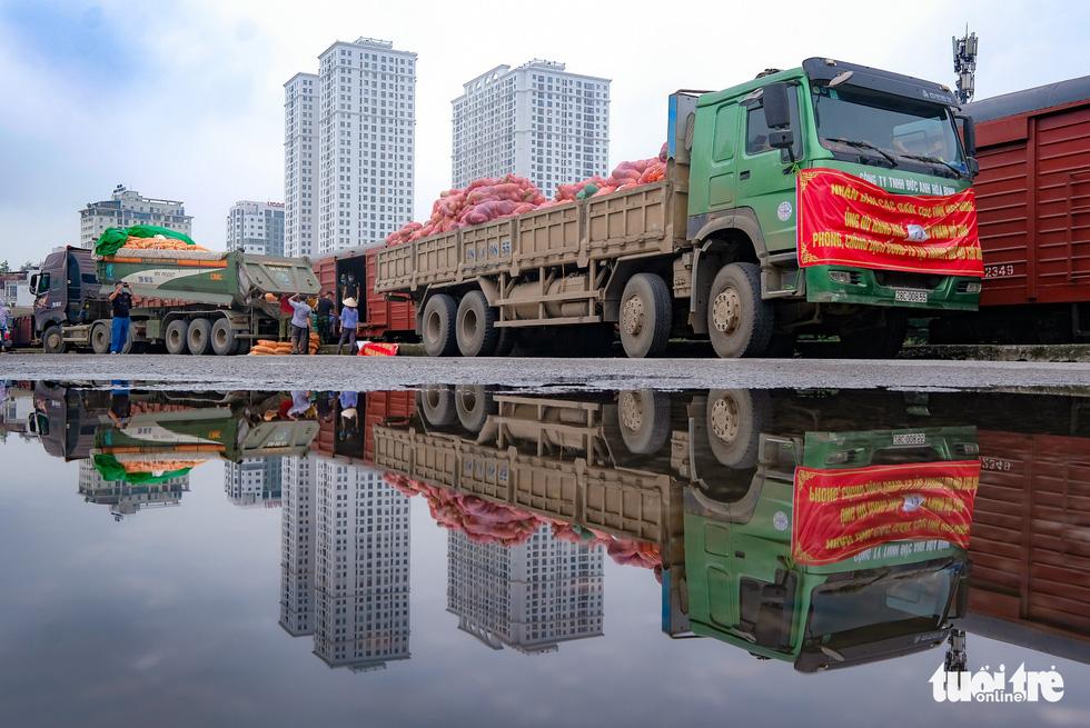 Tàu hỏa chở 300 tấn hàng nhu yếu phẩm người dân tỉnh Hòa Bình gửi tặng TP.HCM - Ảnh 9.