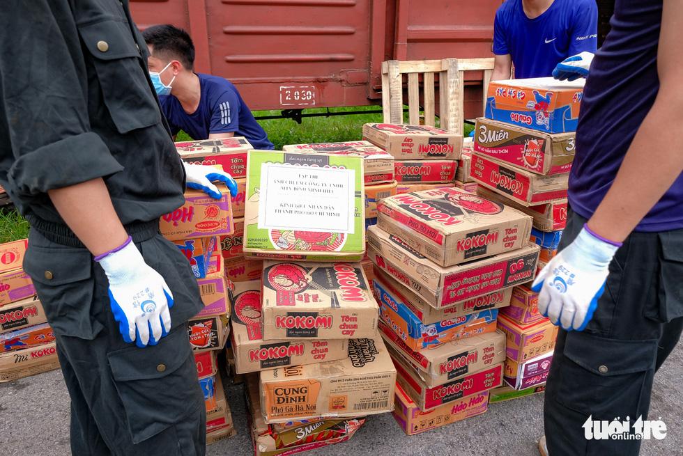 Tàu hỏa chở 300 tấn hàng nhu yếu phẩm người dân tỉnh Hòa Bình gửi tặng TP.HCM - Ảnh 8.