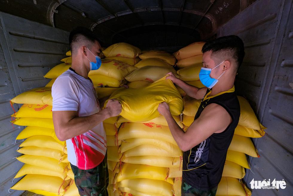 Tàu hỏa chở 300 tấn hàng nhu yếu phẩm người dân tỉnh Hòa Bình gửi tặng TP.HCM - Ảnh 7.