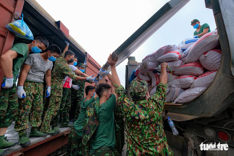 Tàu hỏa chở 300 tấn hàng nhu yếu phẩm người dân tỉnh Hòa Bình gửi tặng TP.HCM - Ảnh 3.
