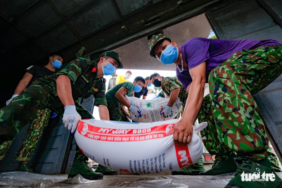 Tàu hỏa chở 300 tấn hàng nhu yếu phẩm người dân tỉnh Hòa Bình gửi tặng TP.HCM - Ảnh 6.