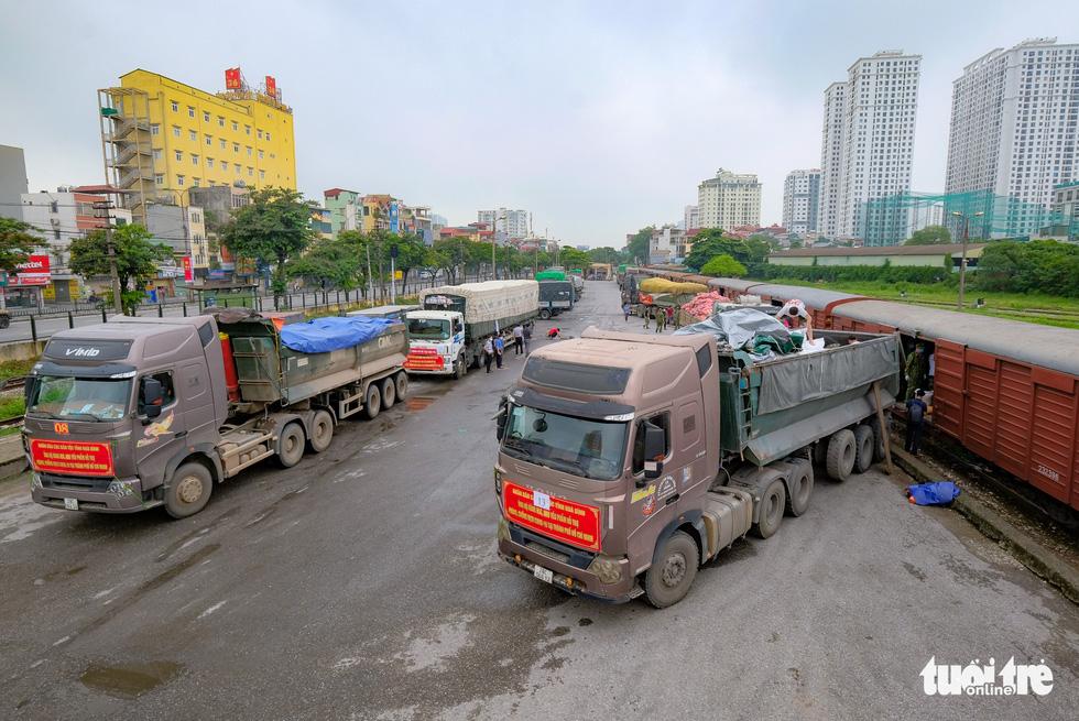 Tàu hỏa chở 300 tấn hàng nhu yếu phẩm người dân tỉnh Hòa Bình gửi tặng TP.HCM - Ảnh 1.