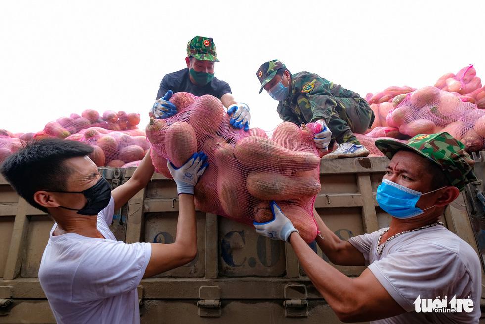 Tàu hỏa chở 300 tấn hàng nhu yếu phẩm người dân tỉnh Hòa Bình gửi tặng TP.HCM - Ảnh 5.