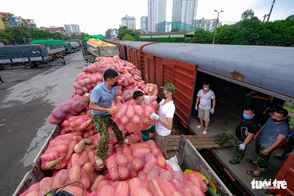 Tàu hỏa chở 300 tấn hàng nhu yếu phẩm người dân tỉnh Hòa Bình gửi tặng TP.HCM - Ảnh 2.