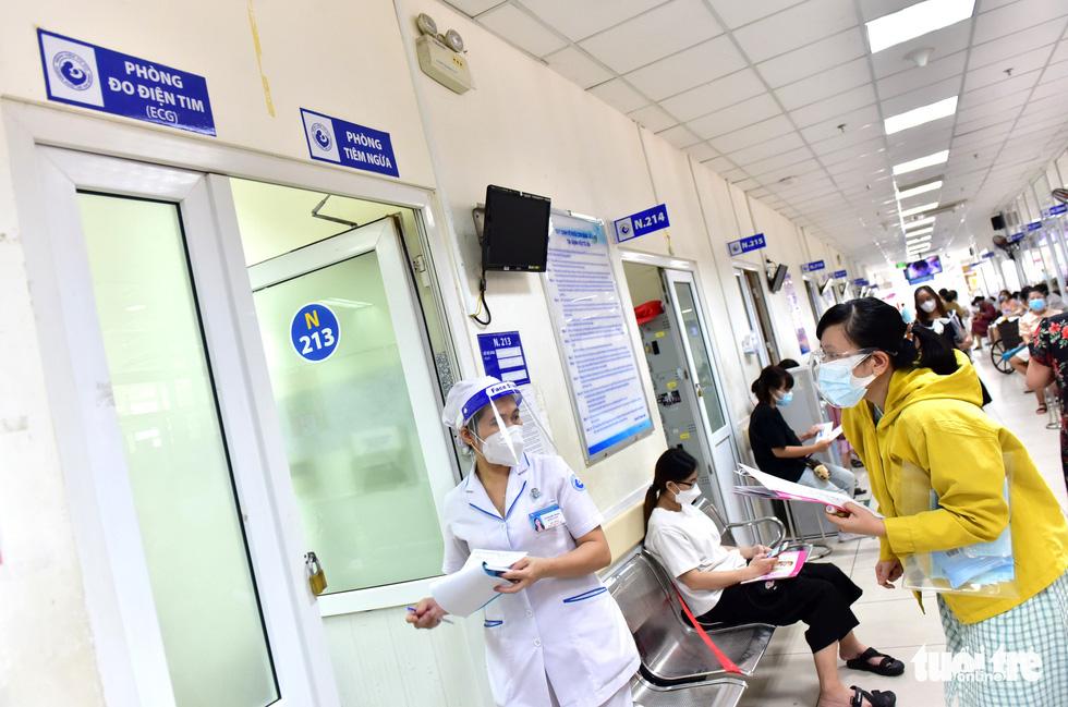 Bệnh viện Từ Dũ tiêm vắc xin COVID-19 cho các bà bầu - Ảnh 3.