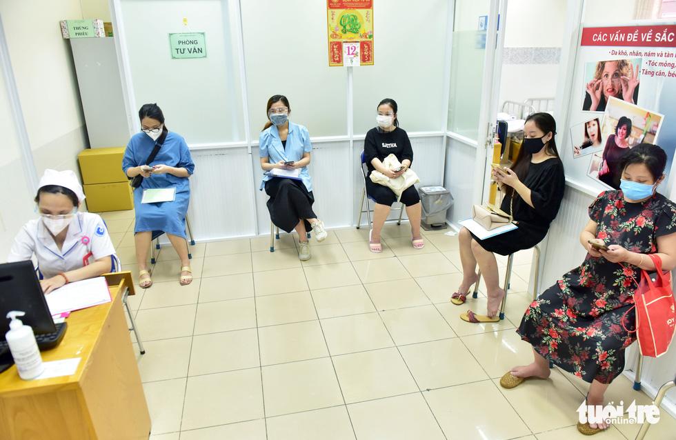 Bệnh viện Từ Dũ tiêm vắc xin COVID-19 cho các bà bầu - Ảnh 7.