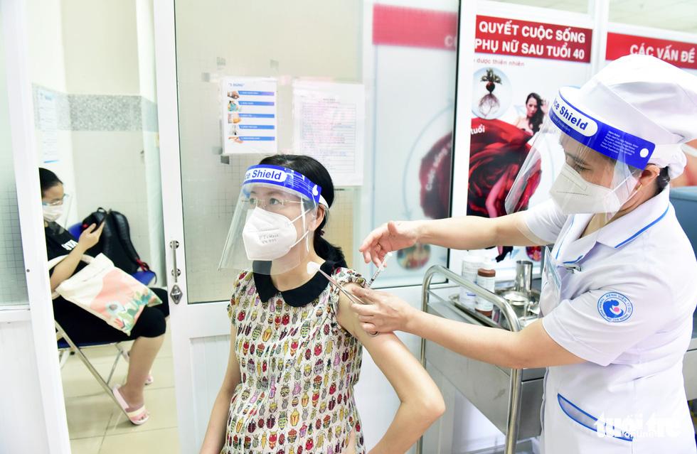 Bệnh viện Từ Dũ tiêm vắc xin COVID-19 cho các bà bầu - Ảnh 2.