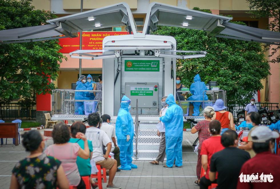 Ngắm 'siêu xe' tiêm vắc xin lưu động ở TP.HCM - Ảnh 2.