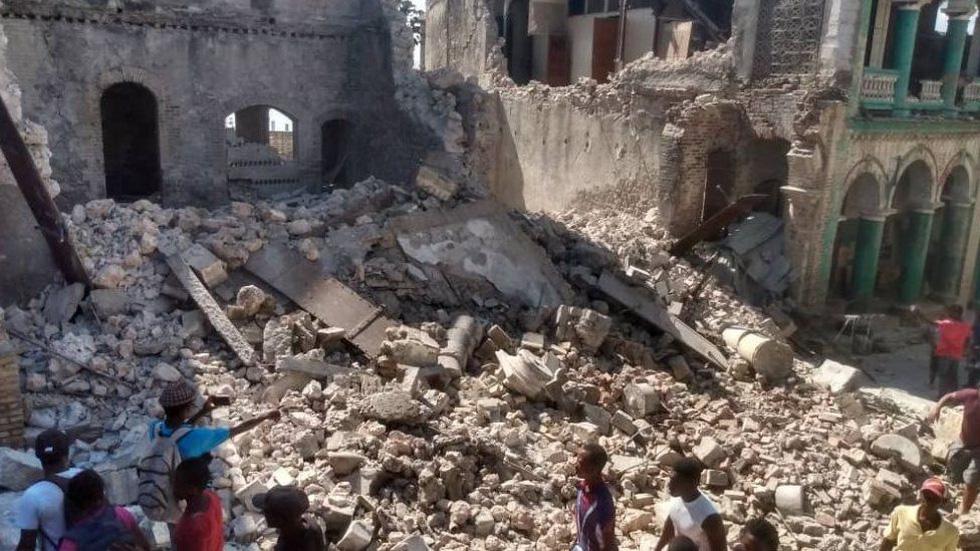 Chùm ảnh thảm họa động đất ở Haiti, hơn 300 người chết - Ảnh 6.