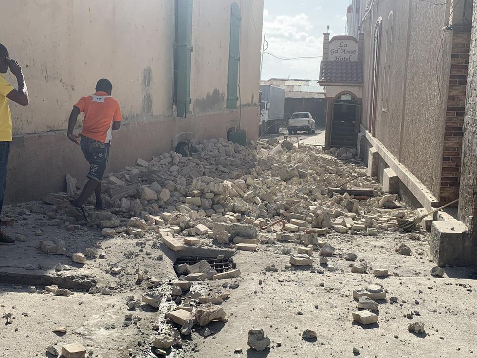 Chùm ảnh thảm họa động đất ở Haiti, hơn 300 người chết - Ảnh 10.
