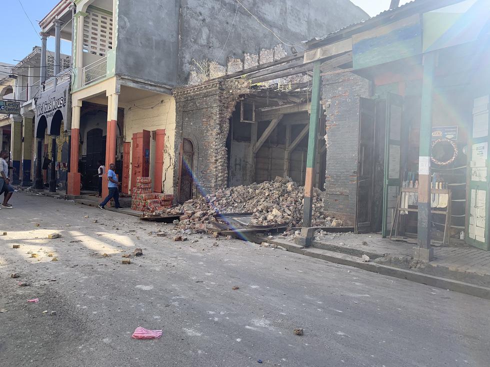 Chùm ảnh thảm họa động đất ở Haiti, hơn 300 người chết - Ảnh 11.