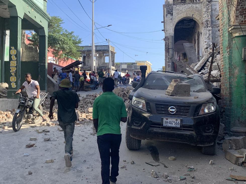 Chùm ảnh thảm họa động đất ở Haiti, hơn 300 người chết - Ảnh 14.