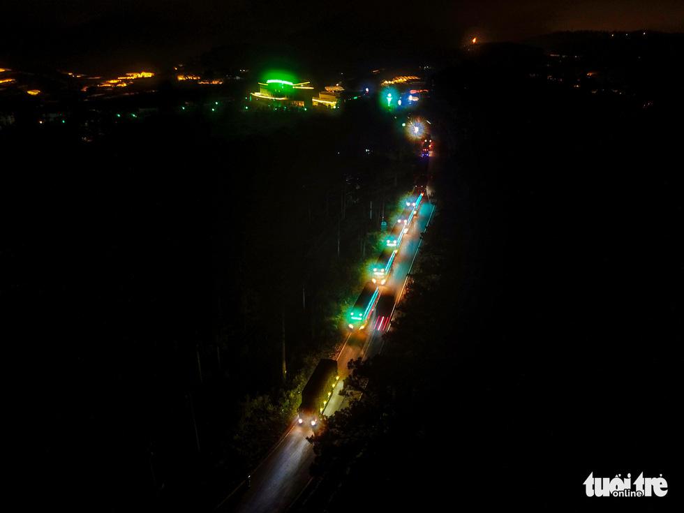 Đoàn xe nối đuôi đi xuyên đêm chở nông sản Đà Lạt tiếp tế cho bà con Đà Nẵng - Ảnh 1.