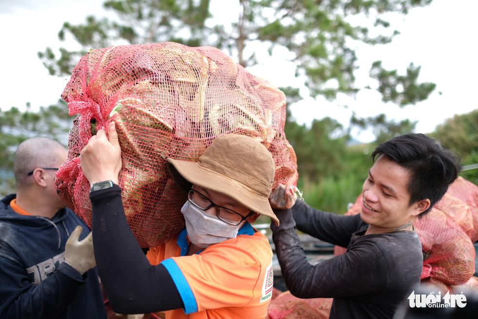 Đoàn xe nối đuôi đi xuyên đêm chở nông sản Đà Lạt tiếp tế cho bà con Đà Nẵng - Ảnh 2.