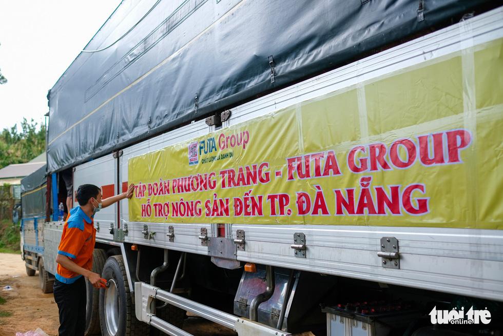 Đoàn xe nối đuôi đi xuyên đêm chở nông sản Đà Lạt tiếp tế cho bà con Đà Nẵng - Ảnh 11.