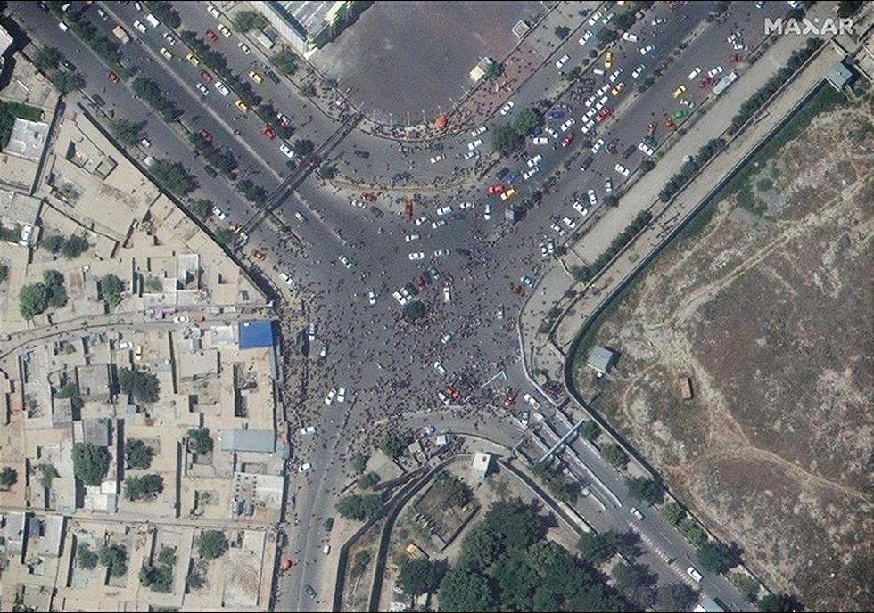Cuộc di tản ở Kabul nhìn từ ảnh vệ tinh - Ảnh 6.