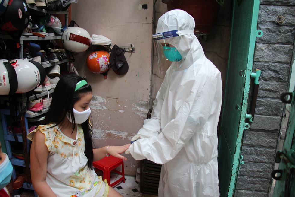 Bác sĩ gõ cửa từng nhà khám, phát thuốc cho F0 - Ảnh 2.