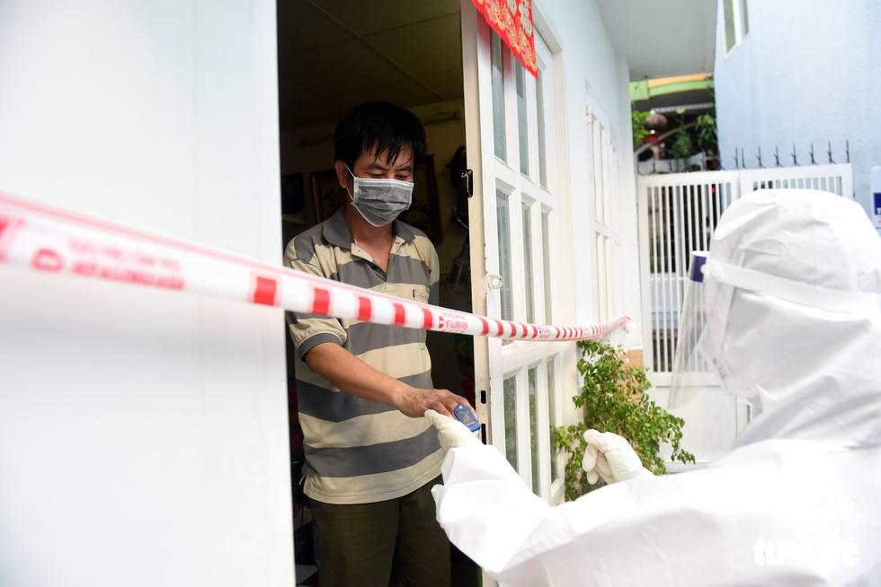 Bác sĩ gõ cửa từng nhà khám, phát thuốc cho F0 - Ảnh 6.