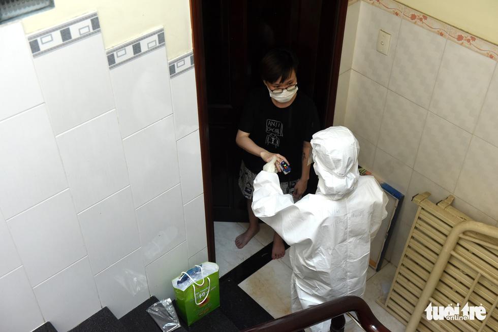 Bác sĩ gõ cửa từng nhà khám, phát thuốc cho F0 - Ảnh 8.