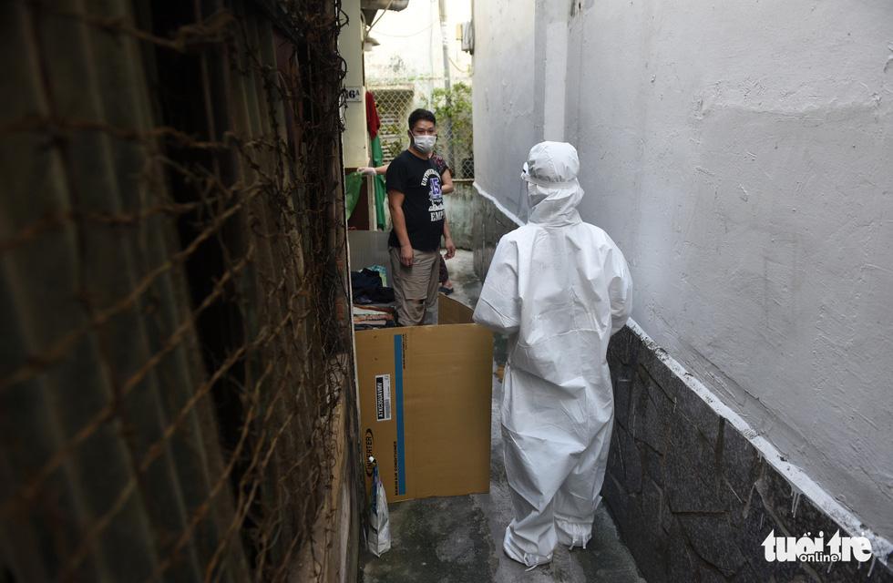 Bác sĩ gõ cửa từng nhà khám, phát thuốc cho F0 - Ảnh 9.