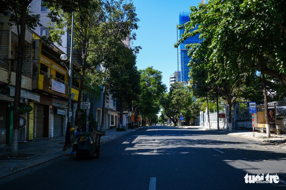Đà Nẵng ngày thứ 3 phong tỏa, dân chấp hành nghiêm ở nhà, đường phố vắng lặng - Ảnh 5.