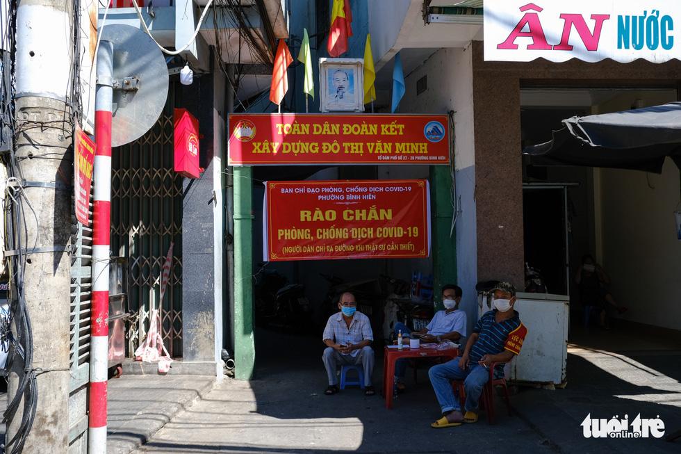 Đà Nẵng ngày thứ 3 phong tỏa, dân chấp hành nghiêm ở nhà, đường phố vắng lặng - Ảnh 6.