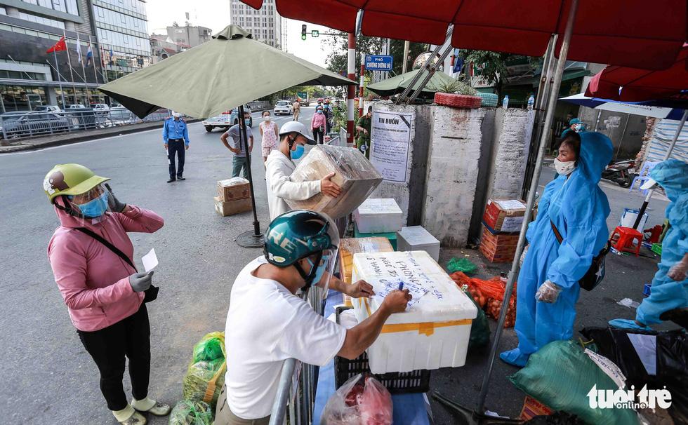 Hà Nội: Người dân khu phong tỏa kêu thiếu lương thực, bên ngoài ùn ùn tiếp tế - Ảnh 1.