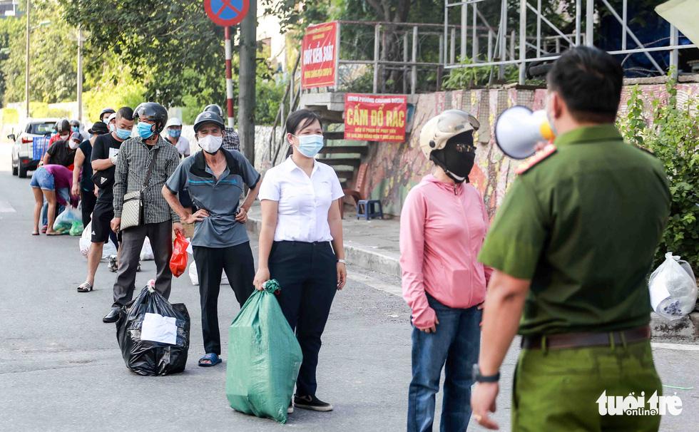 Hà Nội: Người dân khu phong tỏa kêu thiếu lương thực, bên ngoài ùn ùn tiếp tế - Ảnh 3.