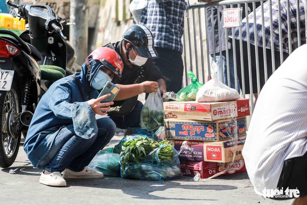 Hà Nội: Người dân khu phong tỏa kêu thiếu lương thực, bên ngoài ùn ùn tiếp tế - Ảnh 5.