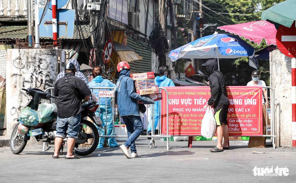 Hà Nội: Người dân khu phong tỏa kêu thiếu lương thực, bên ngoài ùn ùn tiếp tế - Ảnh 6.