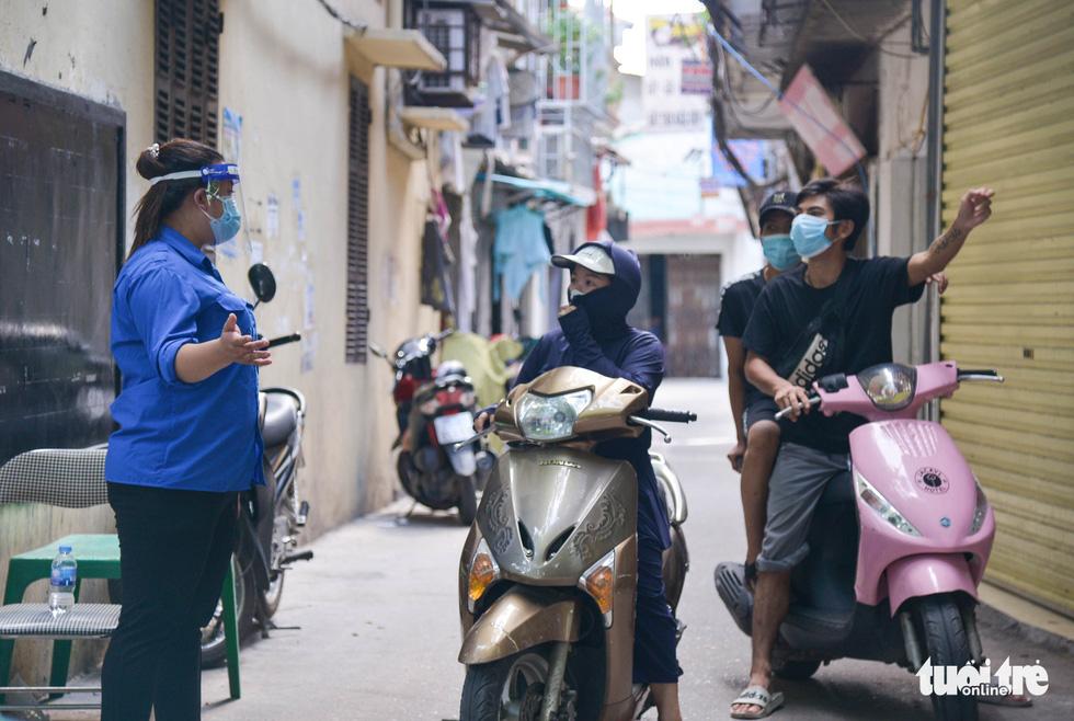 Những chốt bảo vệ vùng xanh không dịch đầu tiên tại Hà Nội - Ảnh 6.