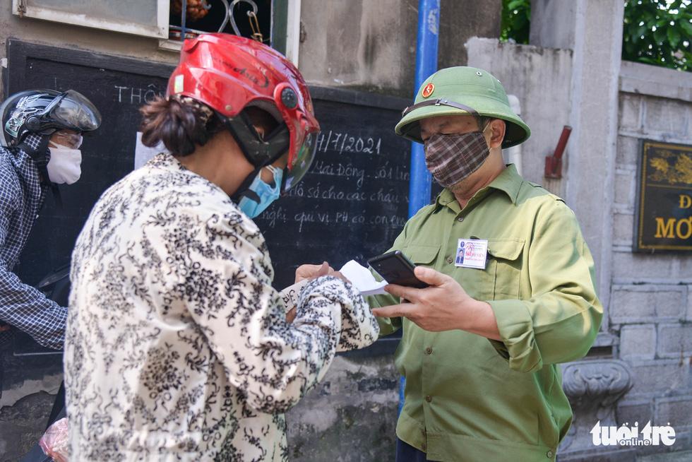 Những chốt bảo vệ vùng xanh không dịch đầu tiên tại Hà Nội - Ảnh 4.