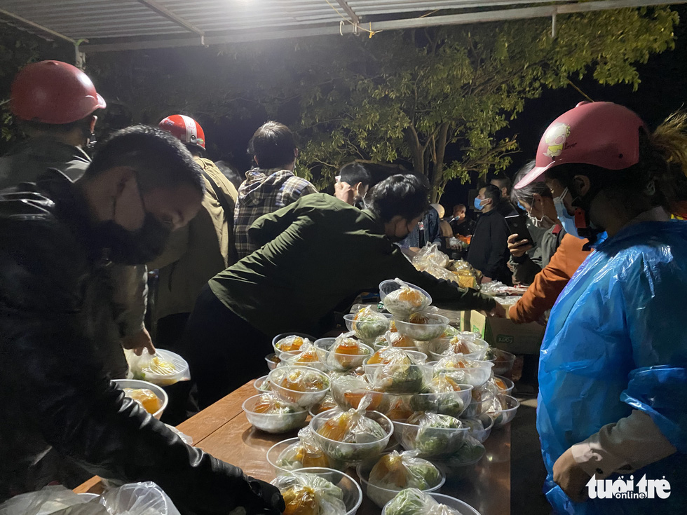 Trắng đêm cùng nhóm giúp người bị tai nạn trên đường về quê - Ảnh 6.
