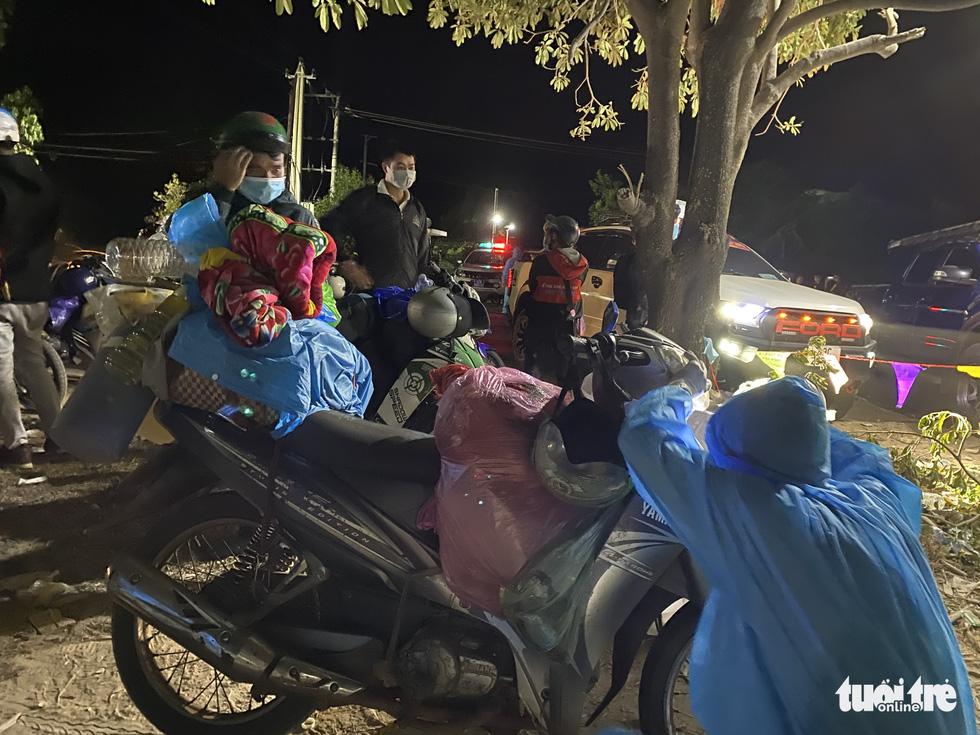 Trắng đêm cùng nhóm giúp người bị tai nạn trên đường về quê - Ảnh 8.