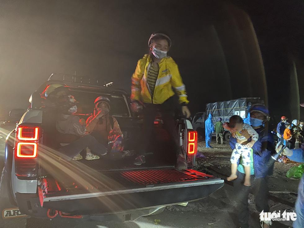 Trắng đêm cùng nhóm giúp người bị tai nạn trên đường về quê - Ảnh 2.