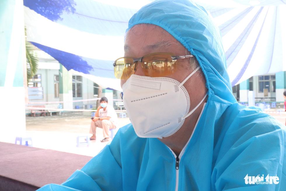 Bác sĩ về hưu 71 tuổi đi chống dịch: Mình còn khỏe thì chia lửa với ngành y - Ảnh 4.