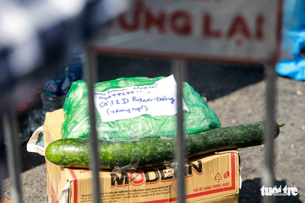 Hà Nội: Người dân khu phong tỏa kêu thiếu lương thực, bên ngoài ùn ùn tiếp tế - Ảnh 8.