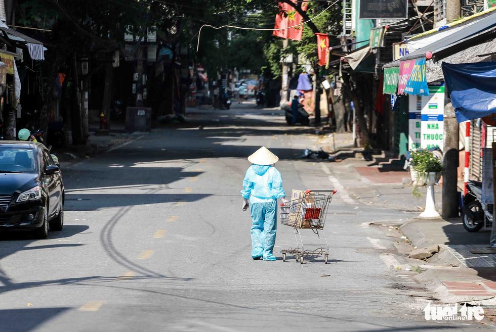 Hà Nội: Người dân khu phong tỏa kêu thiếu lương thực, bên ngoài ùn ùn tiếp tế - Ảnh 11.